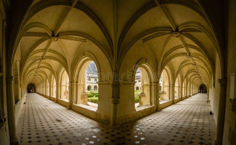 Bogen en portiek in het klooster van de fontevraudabdij stock foto