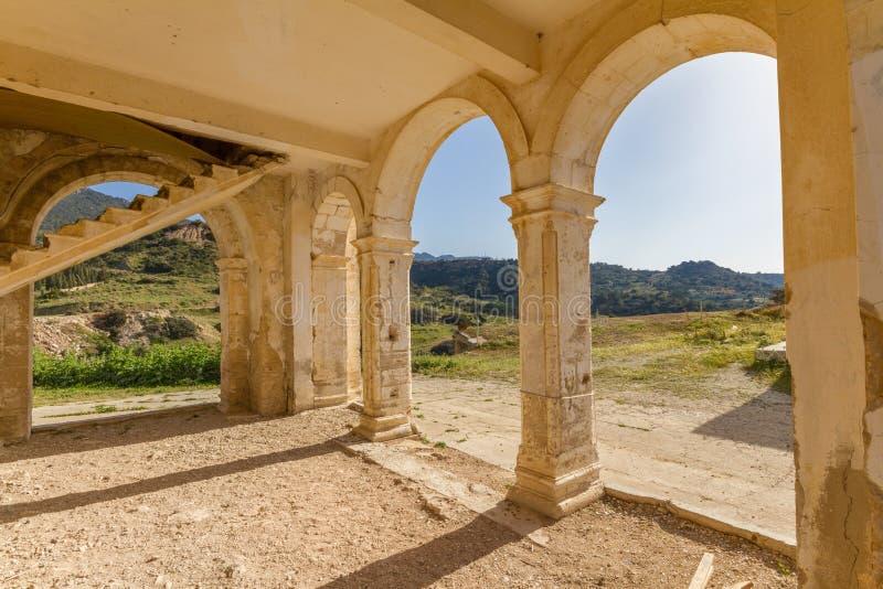 Bogen en treden van verlaten Agios Georgios Church, Davlos Cypr stock afbeelding