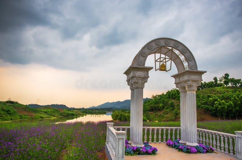 Bogen für die Heirat auf den Lavendel-Gebieten lizenzfreie stockfotografie