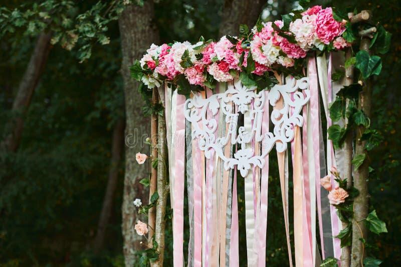 Bogen für die Hochzeitszeremonie Floristischer Aufbau typen stockfotografie