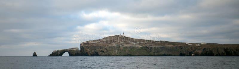 Bogen-Felsen und Leuchtturm von Anacapa-Insel des Kanal-Insel-Nationalparks vor dem Gold Coast von Kalifornien Vereinigte Staaten lizenzfreie stockfotos