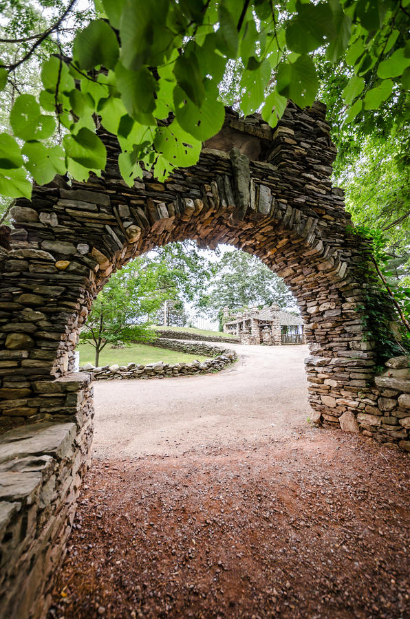 Bogen in Gillette Castle State Park lizenzfreie stockfotografie