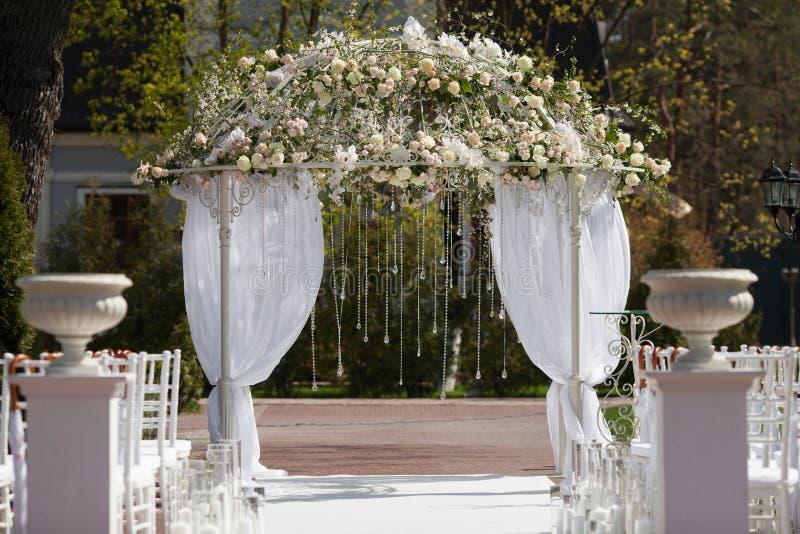 Bogen im Garten für Hochzeitszeremonie stockfotografie