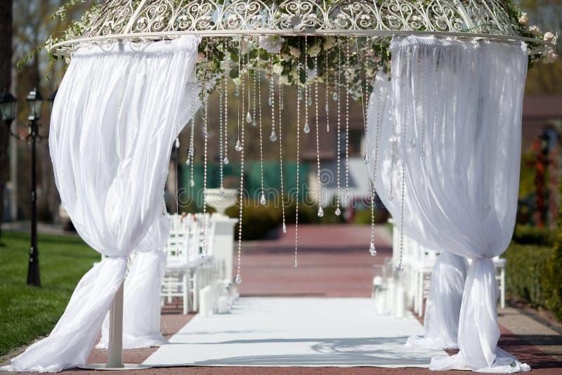 Bogen im Garten für Hochzeitszeremonie stockfotos