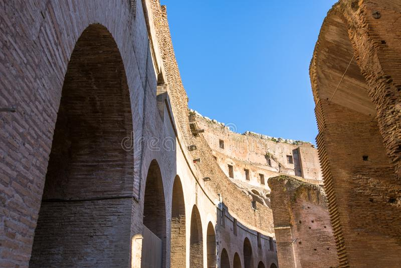 Bogen van Colosseum bij de kromming van verschillende niveaus royalty-vrije stock afbeelding