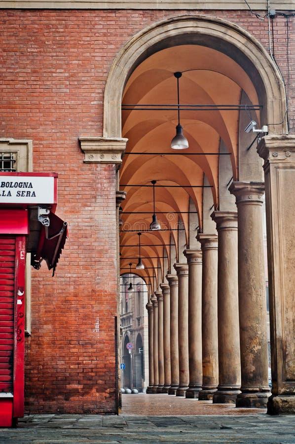 Bogen van een oud gebouw in Bologna Italië Architecturaal detail stock afbeeldingen