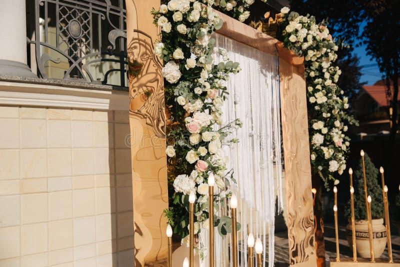 Bogen verziert mit Blumen an der Hochzeit caremony Weiß und Goldfarbe Rose stockbild