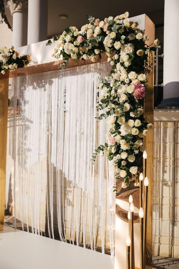 Bogen verziert mit Blumen an der Hochzeit caremony Weiß und Goldfarbe Rose stockbilder