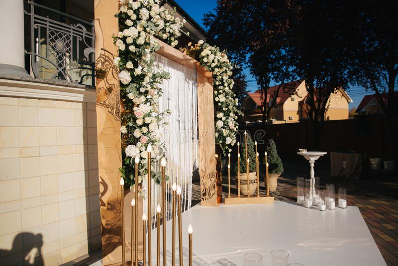 Bogen verziert mit Blumen an der Hochzeit caremony Weiß und Goldfarbe Rose stockfoto