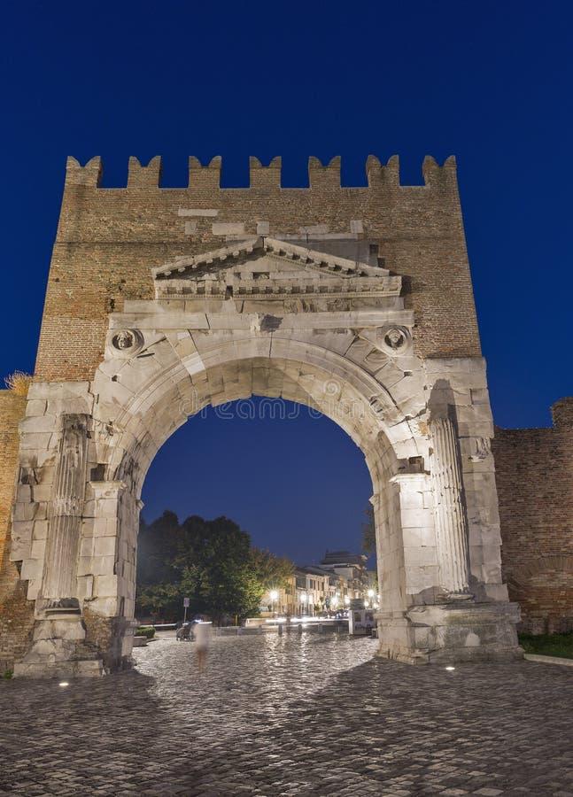 Bogen von Augustus nachts in Rimini, Italien stockfoto