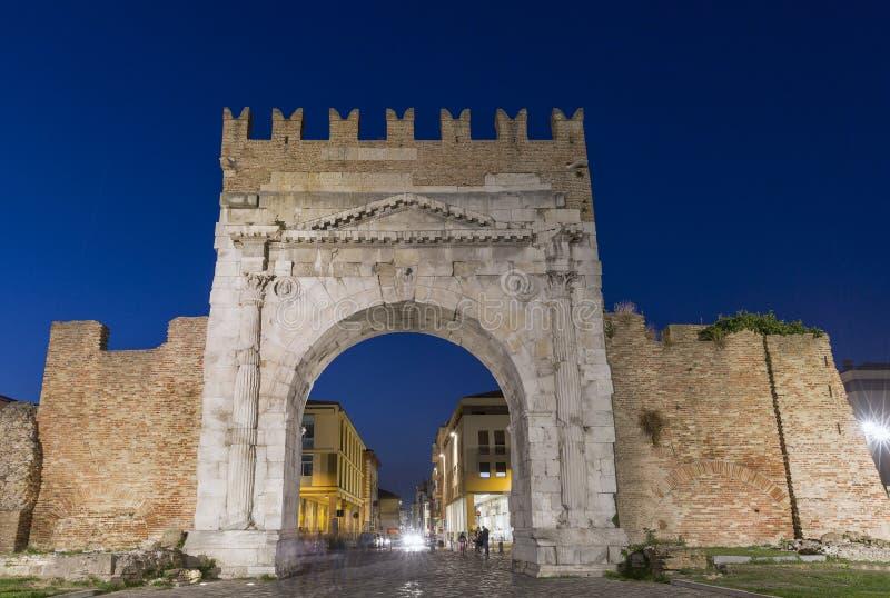 Bogen von Augustus nachts in Rimini, Italien stockfotos