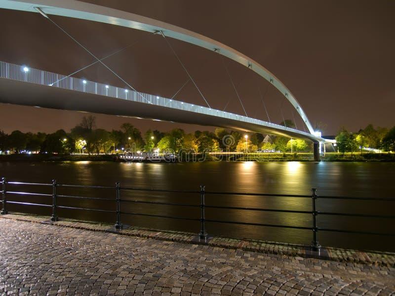 Bogenbrücke in den Leuchten. stockbild