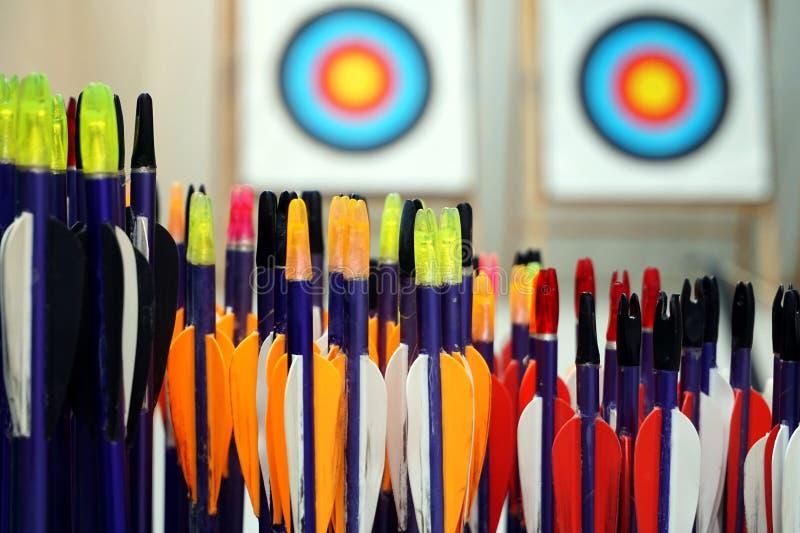 Bogenschießenpfeile mit Zielen herein aus Fokushintergrund heraus lizenzfreies stockbild