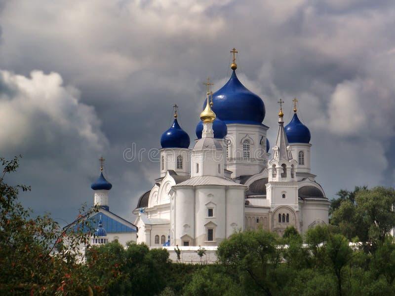 Bogolyubskyklooster Blauwe koepels van de tempel Rusland Stormachtige hemel, wolken stock afbeeldingen