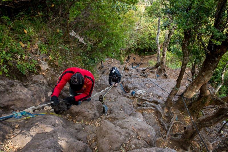 Bogor, Indonesia - de sept. el 2 de 2017: Dos hombres están intentando conseguir abajo de 'Tanjakan llamado pista Setan 'que esté fotografía de archivo