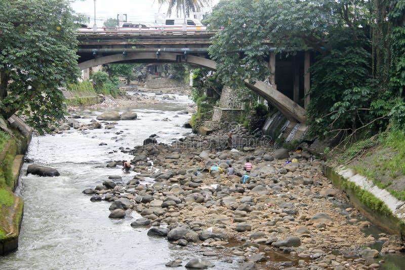 Bogor Indonesien - December 13: Fattiga lokaler som gör ren deras dres fotografering för bildbyråer