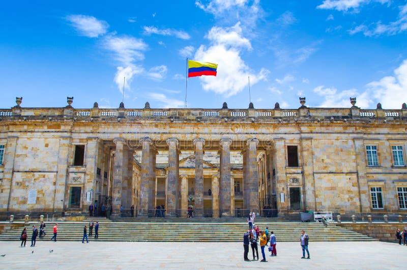 BOGOTÁ, COLÔMBIA 22 DE OUTUBRO DE 2017: Povos não identificados na entrada do Capitólio colombiano e do congresso situados em fotos de stock