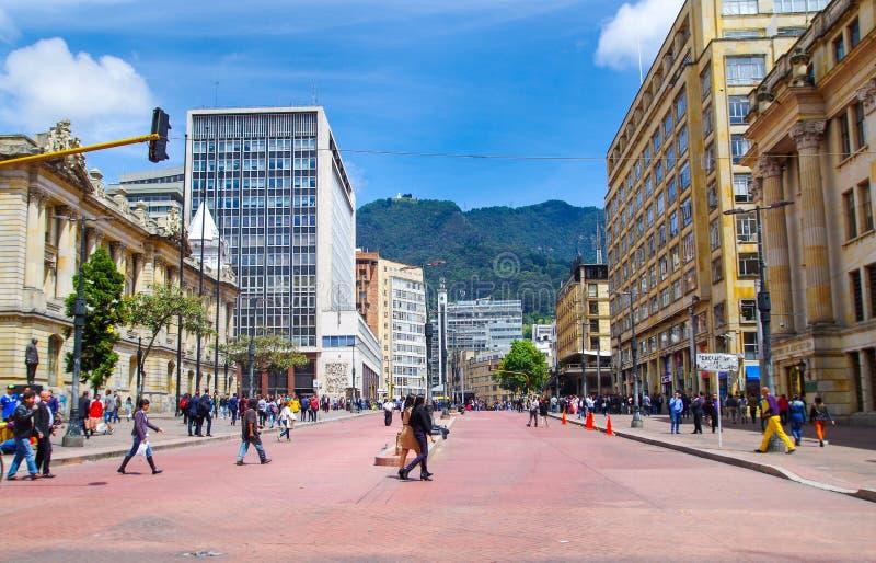 BOGOTA, COLOMBIA - OKTOBER, 11, 2017: Niet geïdentificeerde mensen die in de straten van de weg van Jimenez in Bogota lopen stock foto's