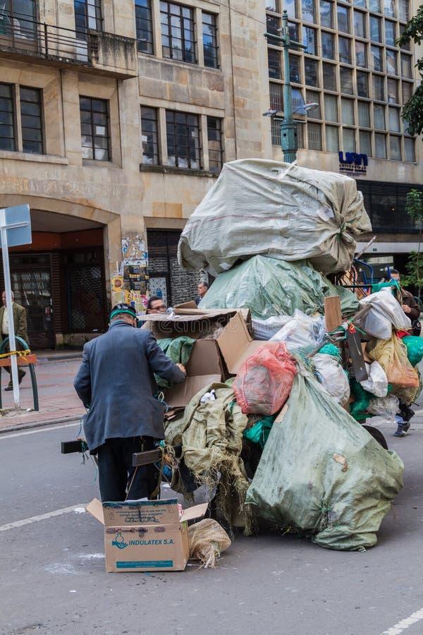 BOGOTA COLOMBIA - SEPTEMBER 24, 2015: Man med en vagn av avskräde i centrum av Bogot arkivfoto