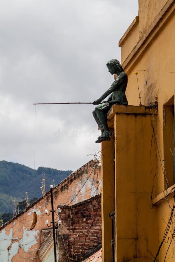 BOGOTA, COLOMBIA - SEPTEMBER 24, 2015: Standbeeld van een vissende vrouw in het Candelaria district van Bogot stock foto