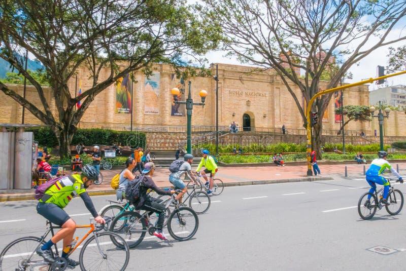 Bogota cyklister i cirkuleringsrutten framme av det nationella museet royaltyfri bild