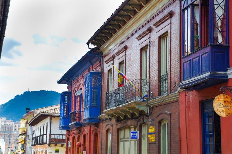 BOGOTA, KOLUMBIA PAŹDZIERNIK 22, 2017: Piękny plenerowy widok kolorowi budynki los angeles Candelaria, historyczny sąsiedztwo fotografia stock