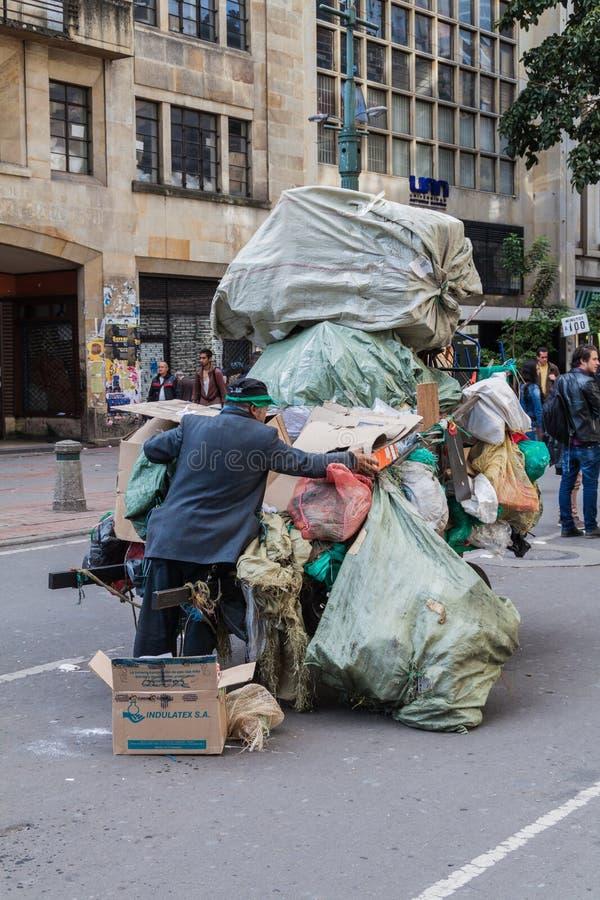 BOGOTA, KOLUMBIEN - 24. SEPTEMBER 2015: Mann mit einem Wagen des Abfalls im Stadtzentrum von Bogot stockbilder