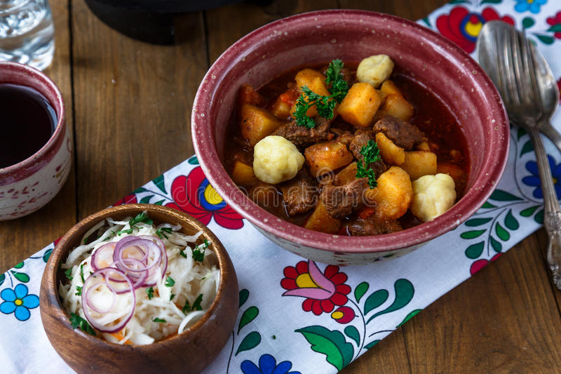 Bograch-goulash na placa cerâmica Refeição húngara tradicional foto de stock