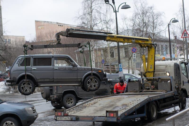 Bogsera av den olagligt parkerade bilen som har ?vertr?dt lokal trafik och parkeralagar royaltyfri bild