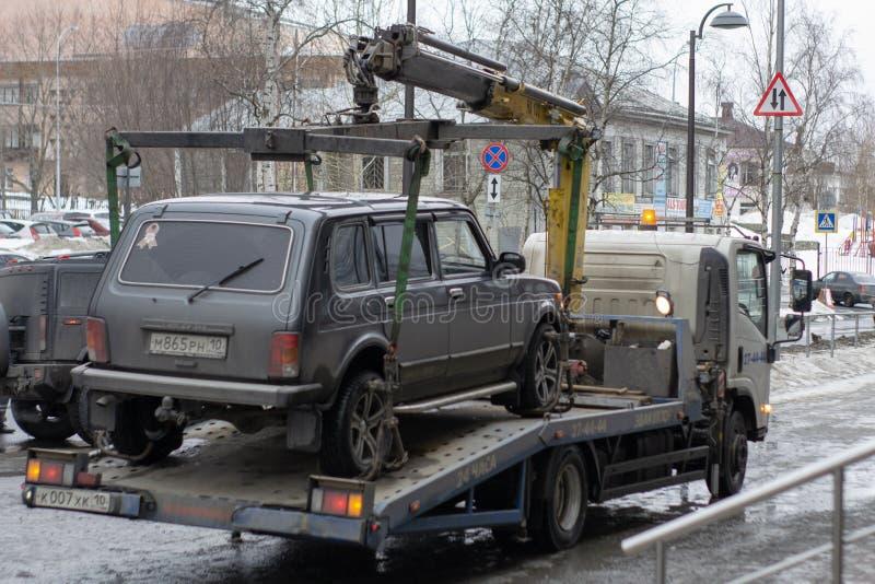 Bogsera av den olagligt parkerade bilen som har ?vertr?dt lokal trafik och parkeralagar arkivbild