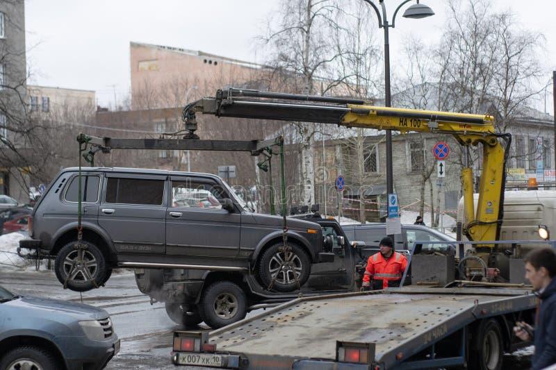 Bogsera av den olagligt parkerade bilen som har ?vertr?dt lokal trafik och parkeralagar royaltyfri fotografi