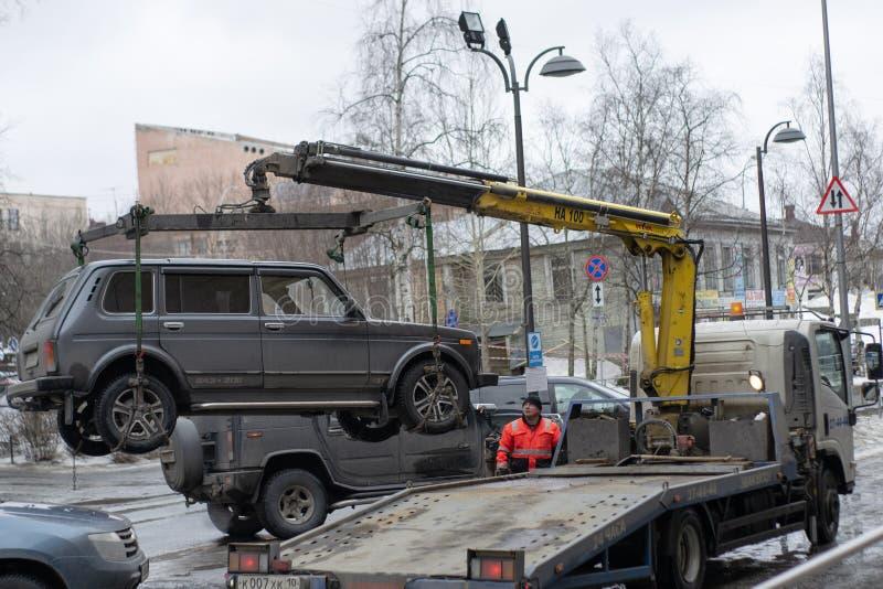 Bogsera av den olagligt parkerade bilen som har ?vertr?dt lokal trafik och parkeralagar royaltyfri foto