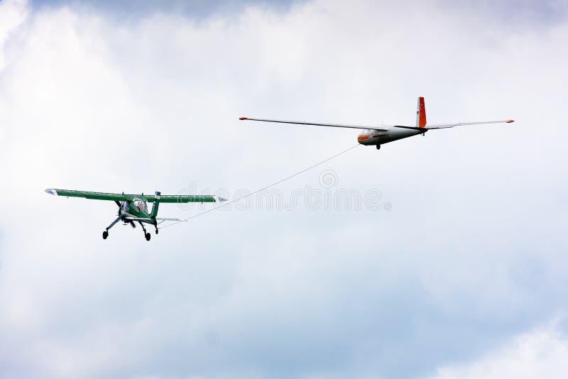 Bogsera en glidflygplan royaltyfria bilder