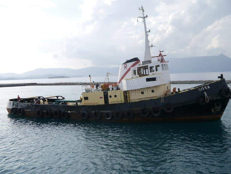 Bogserbåt av kusten av Korfu arkivbilder