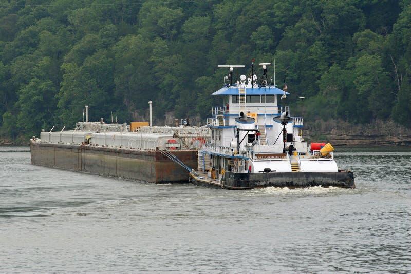bogserbåt för 4 pråm arkivbild