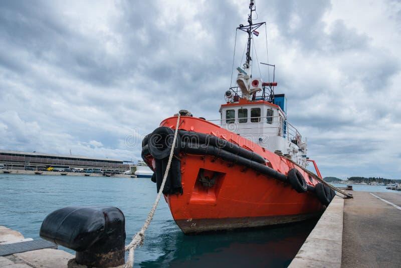 Bogserbåt i hamn royaltyfri bild