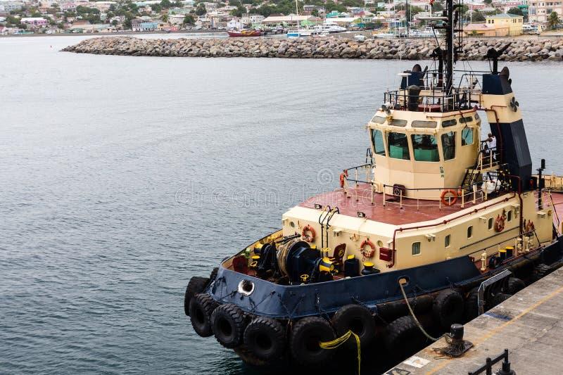 Bogserbåt med gummihjulstötdämpare i St Kitts arkivbild