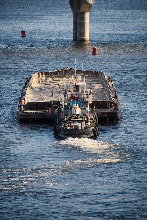 Bogserbåt och pråm royaltyfri foto