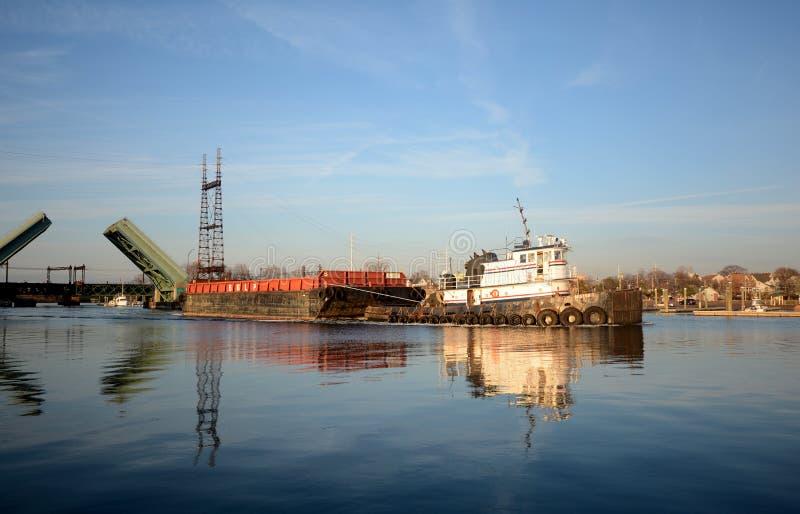 Bogserbåt och pråm på den Norwalk floden royaltyfria foton