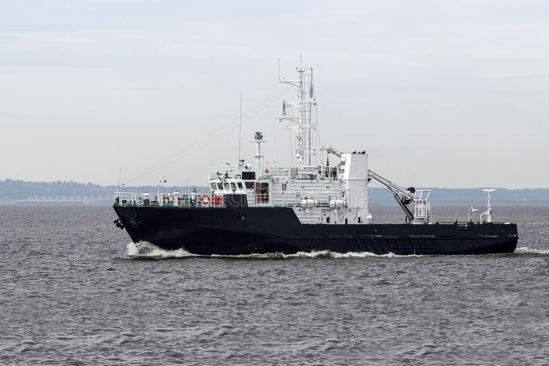 Bogserbåt på det öppna havet royaltyfria bilder