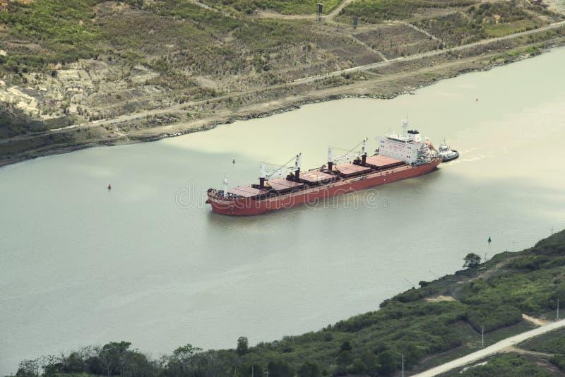 Bogserbåt som hjälper tankfartygbäraren i den Panama kanalen arkivfoton
