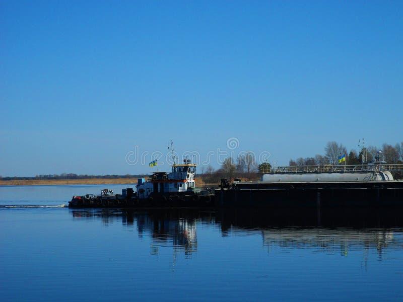 bogserbåten seglar längs den Dnieper floden royaltyfri bild