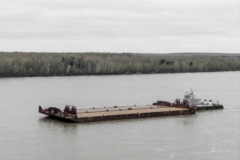 Bogserbåten skjuter pråm upp floden royaltyfri fotografi