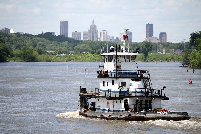 Bogserbåtfartyg på den Mississippi River överskriften in mot Saint Paul, Minnesota royaltyfria foton