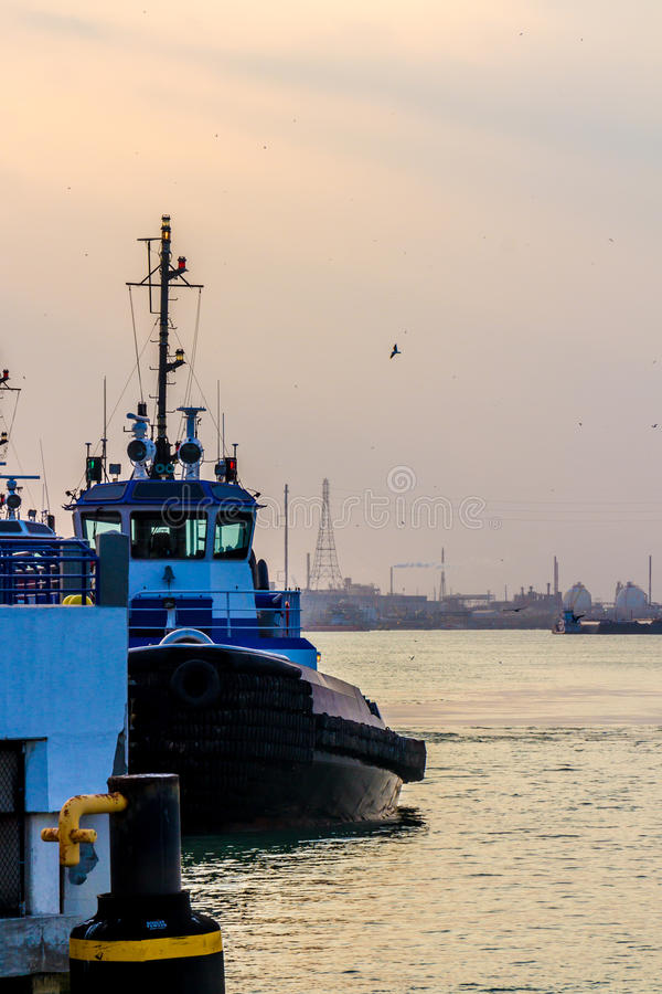 Bogserbåtfartyg på slutet av dagen arkivfoton