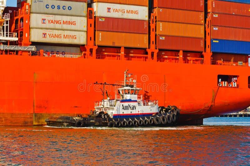 Bogserbåtfartyg som manövrerar Santa Barbara arkivfoto