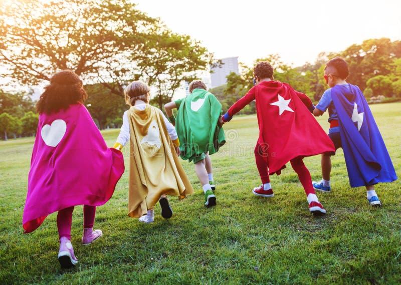 Bohaterów Rozochoceni dzieciaki Wyraża Positivity pojęcie obrazy stock
