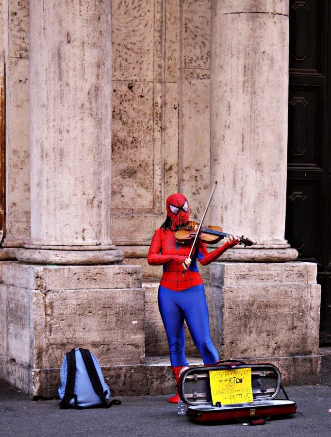 Bohater bawić się skrzypce w ulicach Rzym obraz royalty free