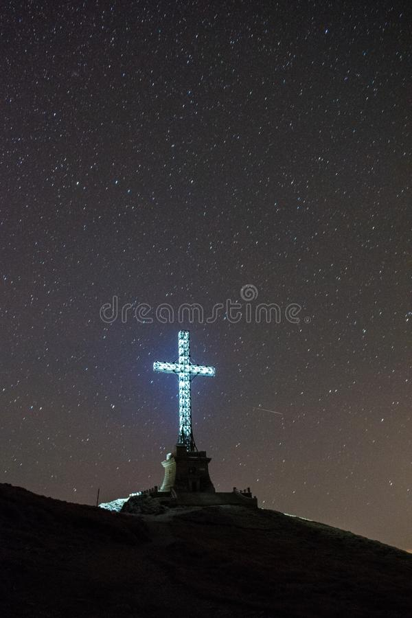 Bohaterzy Krzyżują od Caraiman szczytu, Bucegi góry, Rumunia obraz stock