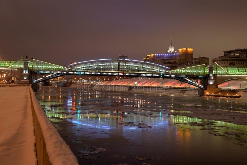 Bohdan Khmelnytskyi Bridge festivo en una noche del invierno fotos de archivo